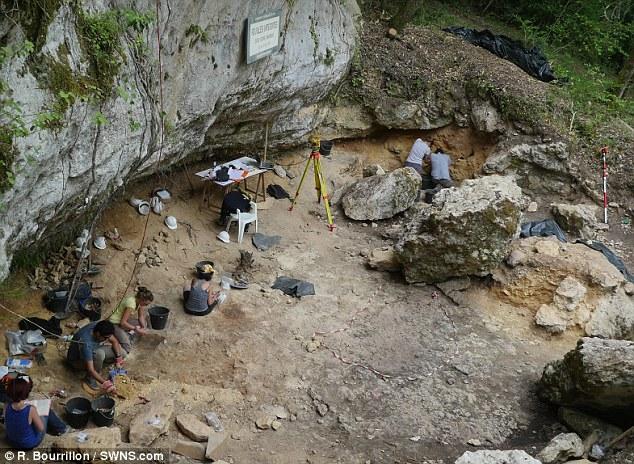 Vézère archeologen voor de grot
